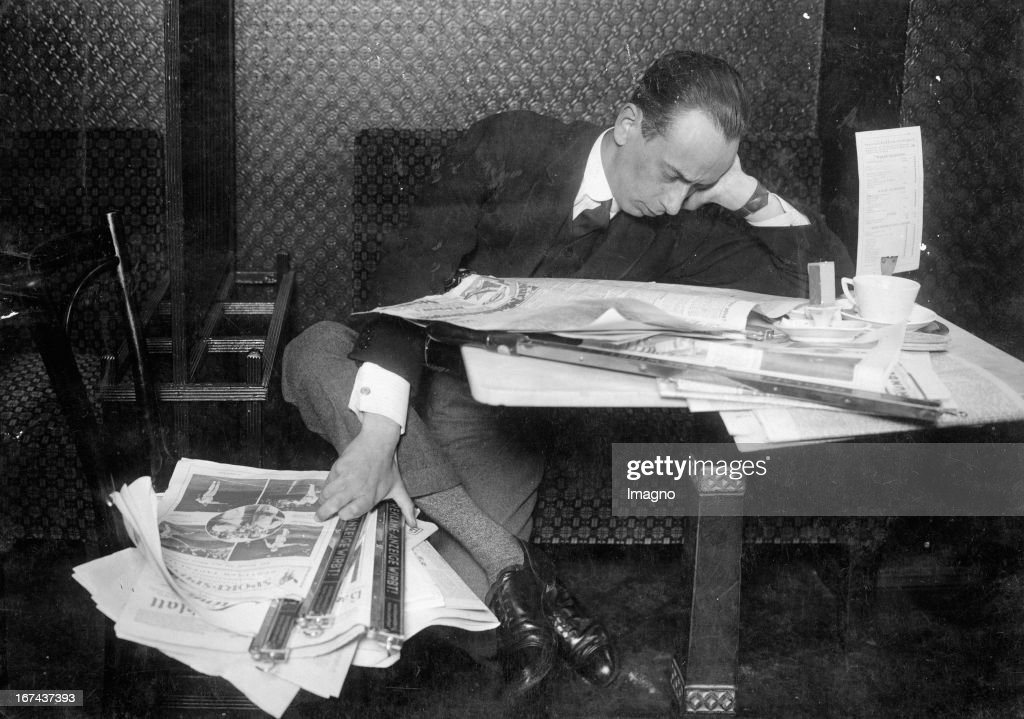 Newspaper reader in the coffeehouse. About 1930. Photograph. (Photo by Imagno/Getty Images) Zeitungsleser im Cafe. Um 1930. Photographie.