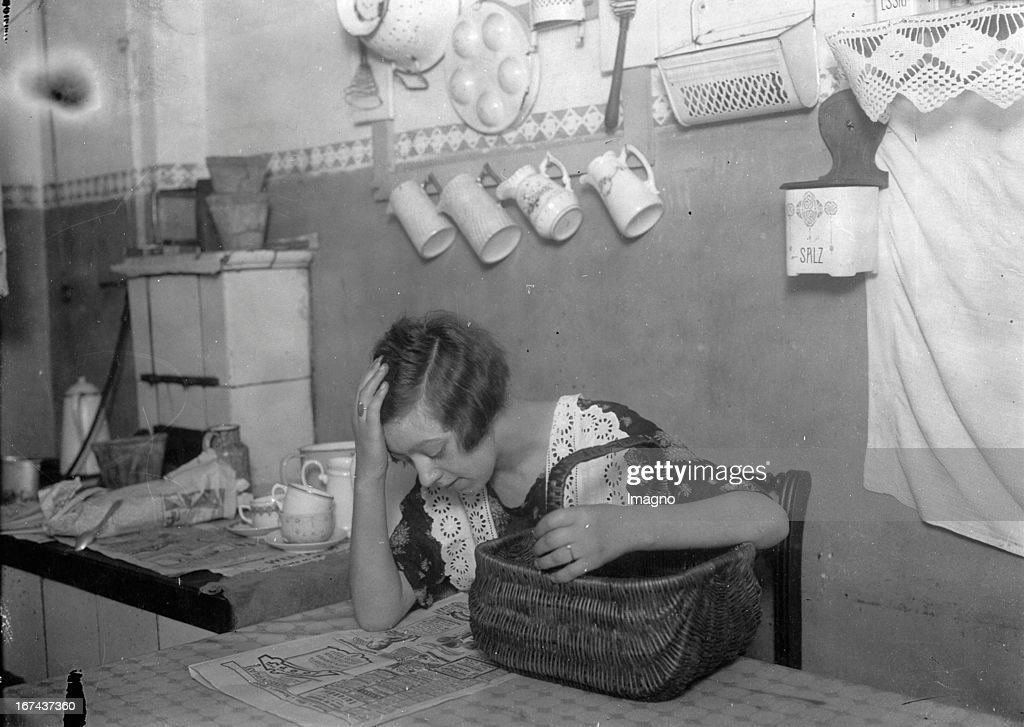 Newspaper reader in the kitchen. About 1930. Photograph. (Photo by Imagno/Getty Images) Zeitungsleserin in der Küche. Um 1930. Photographie.