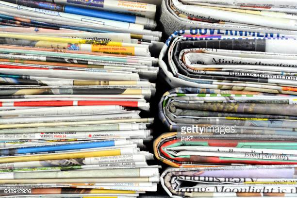 newspaper stack - de media stockfoto's en -beelden