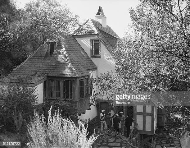 Newspapermen Wait Further News of Bern Suicide. The Beverly Hills home of Paul Bern and Jean Harlow with newspapermen waiting outside for further...