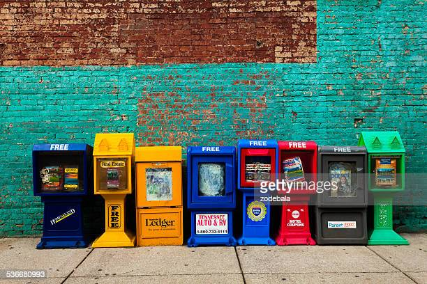 us newspapers stands against wall - news stand stock pictures, royalty-free photos & images