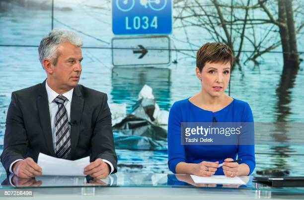 newsreader couple in television studio - teleprompter stock pictures, royalty-free photos & images