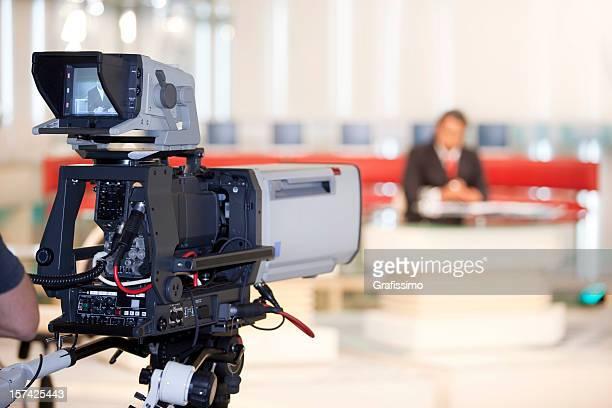 Newsreader frente de cámara de televisión