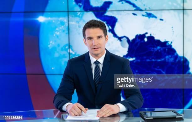 テレビスタジオのニュースリーダー - 放送 ストックフォトと画像