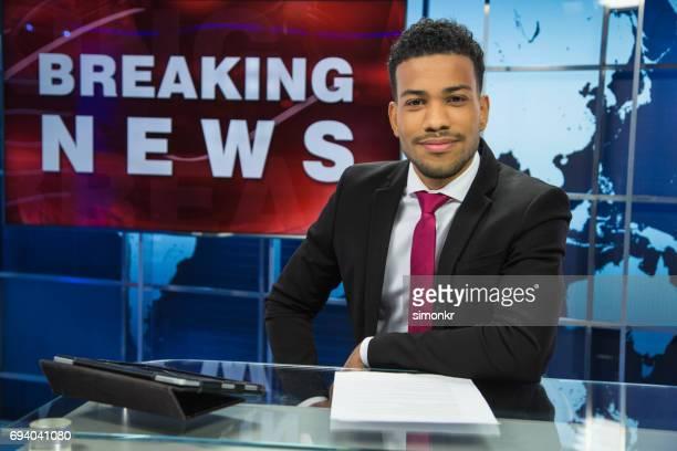 Newsreader kopieren im Fernsehstudio