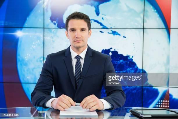 Newsreader en estudio de televisión
