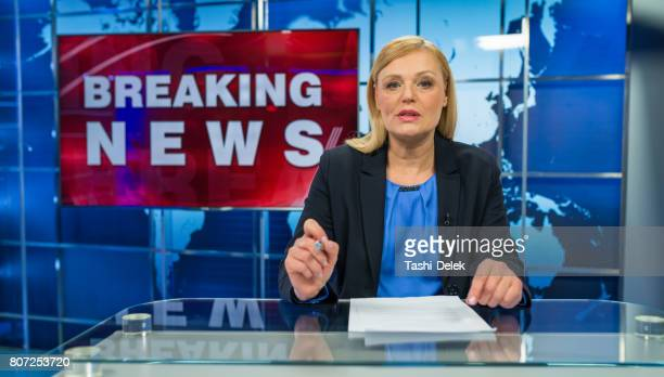 Newsreader im Fernsehstudio
