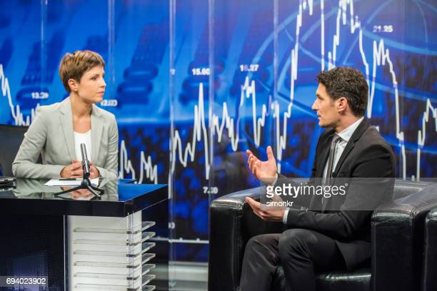 Lecteur de News assis avec l'homme d'affaires