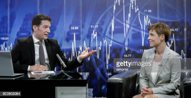 実業家と座っているニュース リーダー