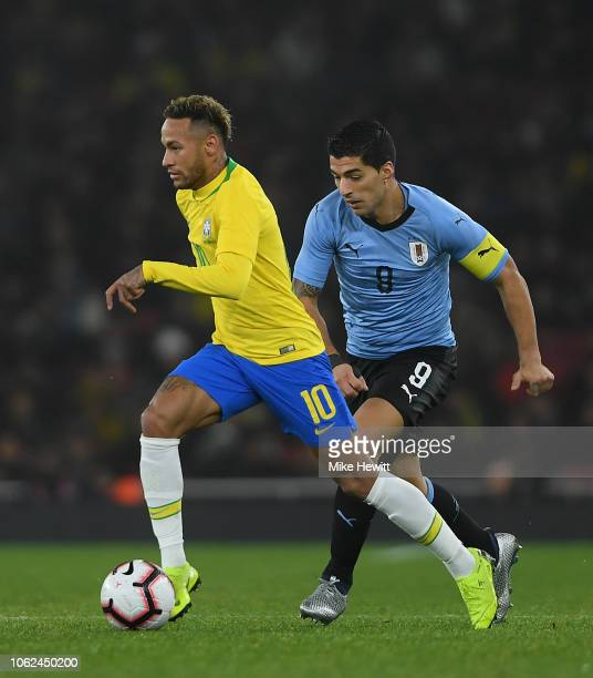 Neymar da Silva Santos Jœnior of Brazil gets past Luis Su‡rez of Uruguay during the International Friendly between Brazil and Uruguay at Emirates...