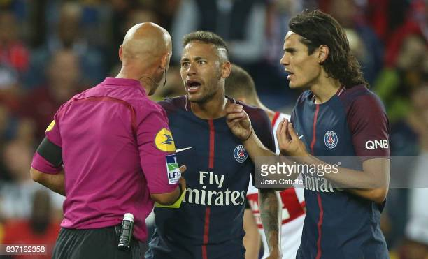 Neymar Jr and Edinson Cavani of PSG argue with referee Amaury Delerue during the French Ligue 1 match between Paris Saint Germain and Toulouse FC at...