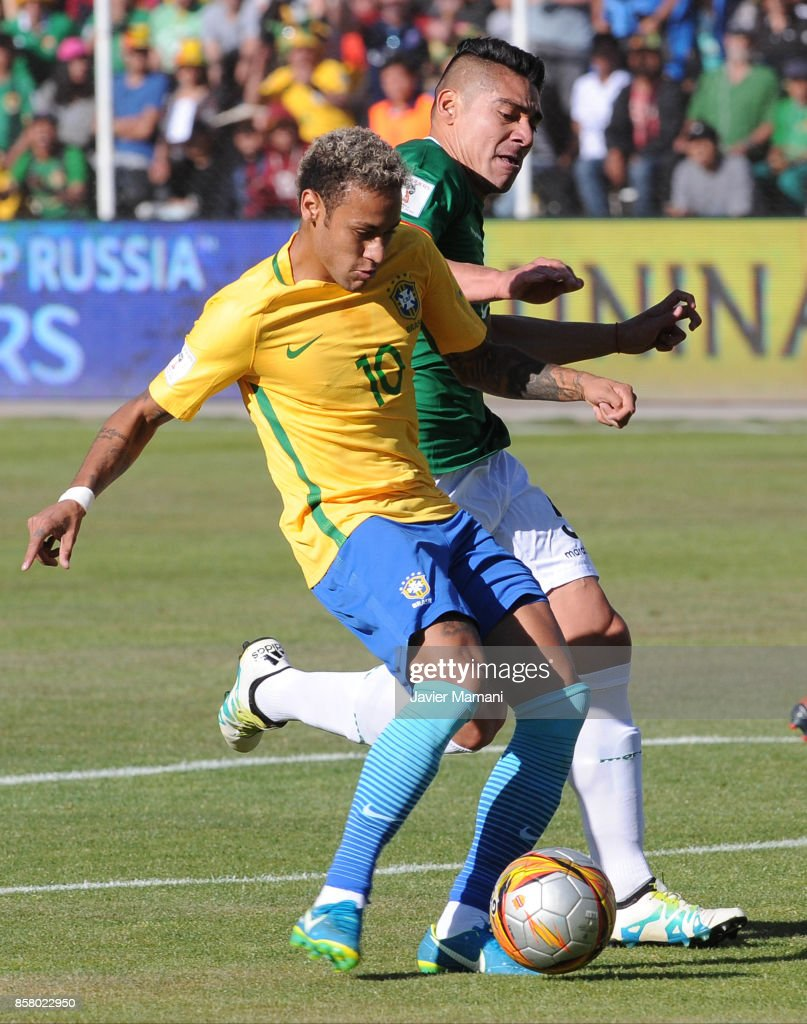 Neymar Jr. of Brazil fights for the ball with Luis Gutierrez of Brazil during a match between Bolivia and Brazil as part of FIFA 2018 World Cup Qualifiers at Hernando Siles Stadium on October 05, 2017 in La Paz, Bolivia.