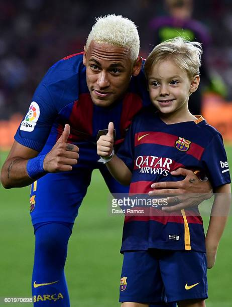 Neymar Jr of FC Barcelona and his son Davi Lucca give their thumbs up prior to the La Liga match between FC Barcelona and Deportivo Alaves at Camp...