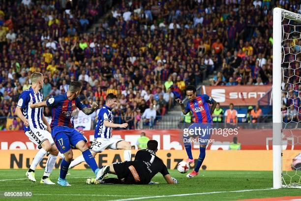 Neymar Jr of FC Barcelona scores his team's second goal during the Copa Del Rey Final between FC Barcelona and Deportivo Alaves at Vicente Calderon...