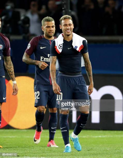 Neymar jr of Paris SaintGermain celebrate the victory with teammattes after the UEFA Champions League group B match between Paris SaintGermain and...
