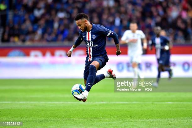 Neymar Jr of Paris SaintGermain controls the ball during the Ligue 1 match between Paris SaintGermain and Angers SCO at Parc des Princes on October...