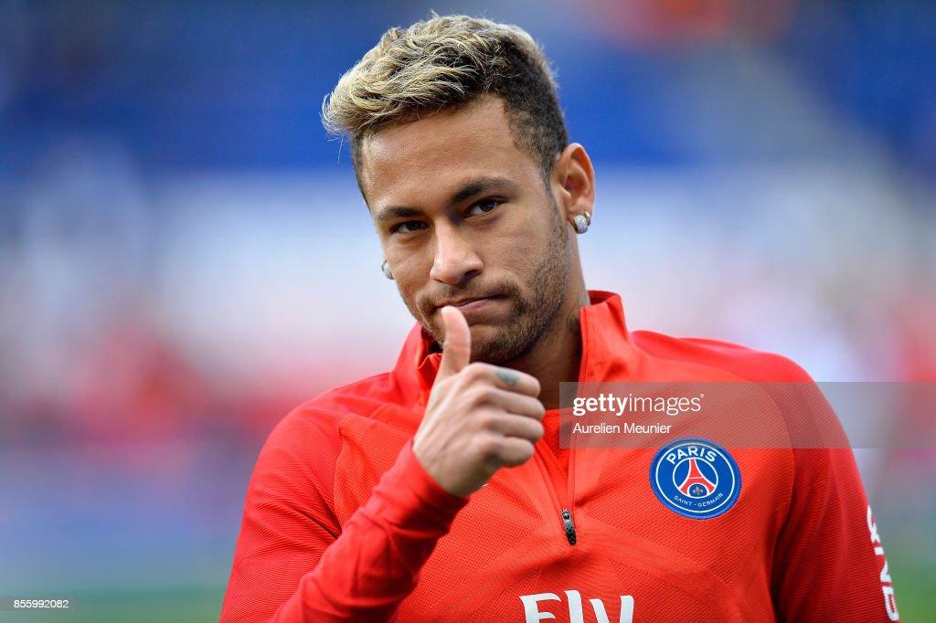 Neymar Jr of Paris Saint-Germain salutes the fans during warmup before the Ligue 1 match between Paris Saint Germain and FC Girondins de Bordeaux at Parc des Princes on September 30, 2017 in Paris, .