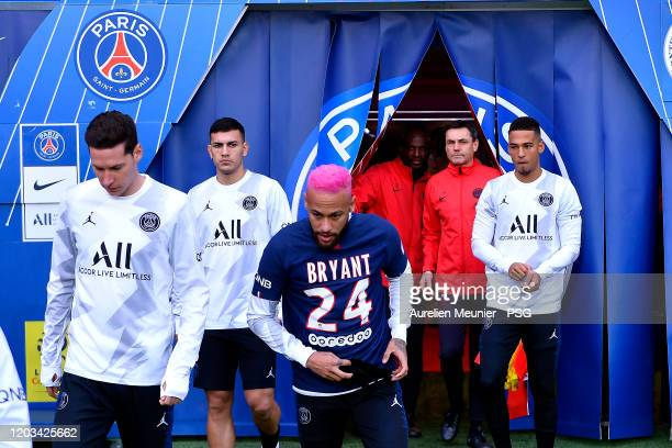 Neymar Jr of Paris Saint-Germain wears a Paris Saint-Germain jersey with Kobe Bryant's name as he arrives on the pitch for warmup before the Ligue 1...