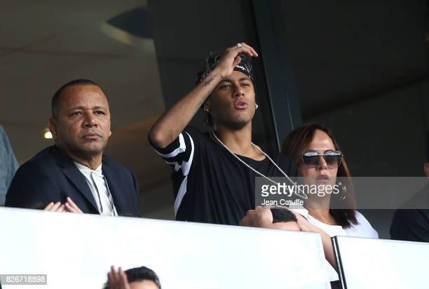 Neymar Jr of PSG between his father Neymar da Silva Santos aka Neymar Sr and his mother Nadine Santos during the French Ligue 1 match between Paris...