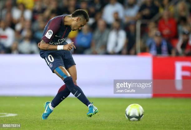 Neymar Jr of PSG during the French Ligue 1 match between Paris Saint Germain and AS SaintEtienne at Parc des Princes on August 25 2017 in Paris France