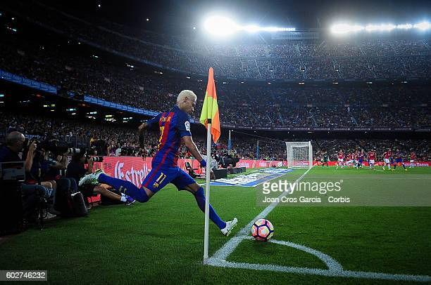 Neymar Jrl of FCBarcelona takes a corner during the Spanish League match between FC Barcelona vs Deportivo Alavés at Nou Camp on September 2016 in...