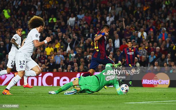 Neymar of Barcelona beats goalkeeper Salvatore Sirigu of PSG as he scores their first goal during the UEFA Champions League Quarter Final second leg...
