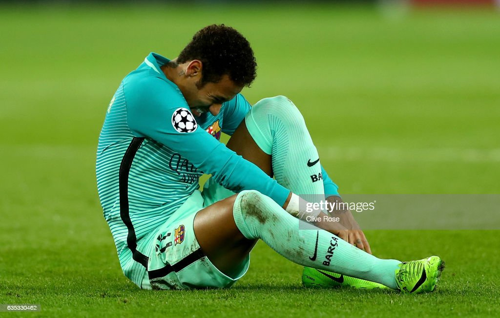 Neymar of Barcelona reacts after picking up an injury during the UEFA Champions League Round of 16 first leg match between Paris Saint-Germain and FC Barcelona at Parc des Princes on February 14, 2017 in Paris, France