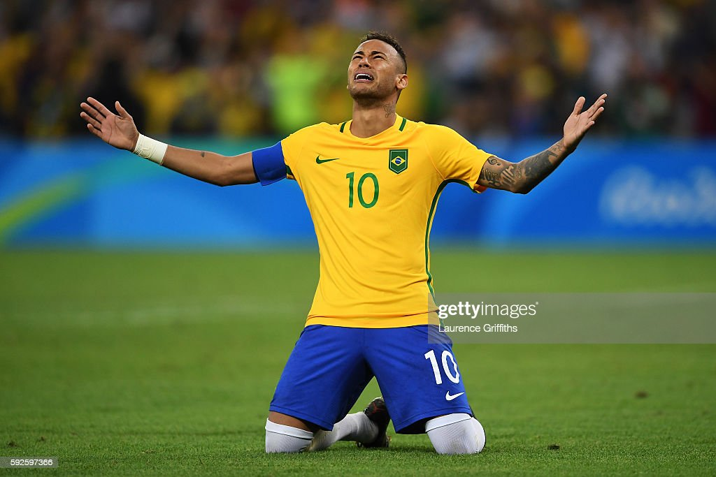 Neymar of Brazil celebrates scoring the winning penalty in the penalty shoot out during the Men's Football Final between Brazil and Germany at the Maracana Stadium on Day 15 of the Rio 2016 Olympic Games on August 20, 2016 in Rio de Janeiro, Brazil.