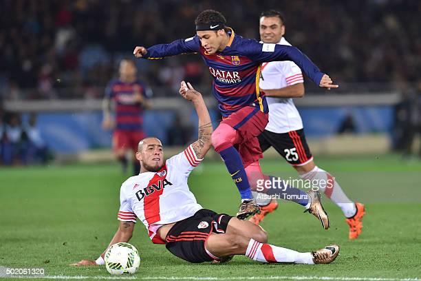 Neymar of FC Barcelona controls the ball during the final match between River Plate and FC Barcelona at International Stadium Yokohama on December 20...