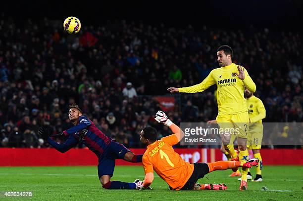 Neymar of FC Barcelona is challenged by Sergio Asenjo of Villarreal CF during the La Liga match between FC Barcelona and Villarreal CF at Camp Nou on...