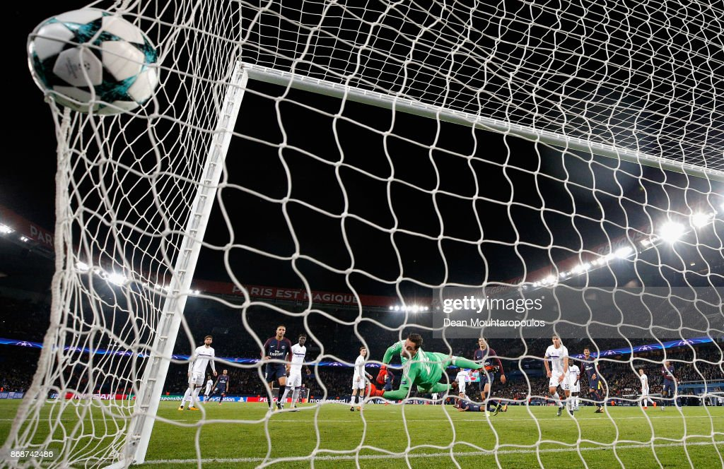 Neymar of PSG scores his side's second goal during the UEFA Champions League group B match between Paris Saint-Germain and RSC Anderlecht at Parc des Princes on October 31, 2017 in Paris, France.