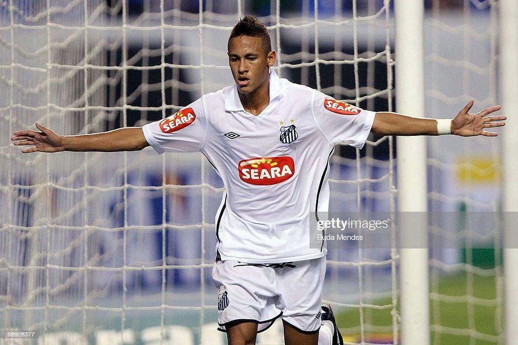 Botafogo v Santos - Brazilian Championship 2010 : News Photo