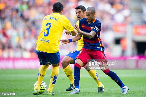 Neymar Santos Jr of FC Barcelona conducts the ball between Antolin Alcaraz and Juan Emmanuel Culio of UD Las Palmas during the La Liga match between...