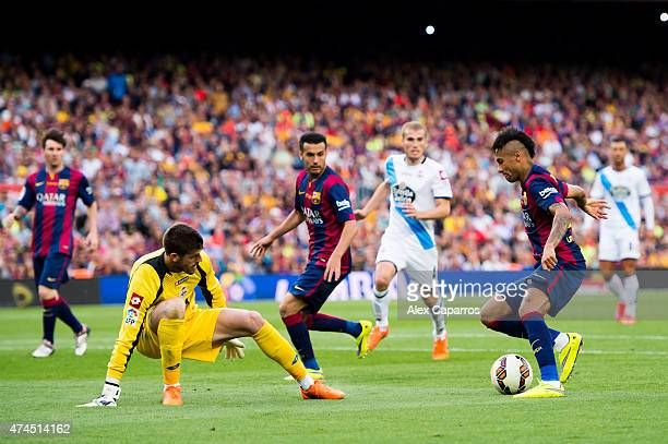 Neymar Santos Jr of FC Barcelona dribbles Fabricio Agosto 'Fabri' of RC Deportivo La Coruna during the La Liga match between FC Barcelona and RC...