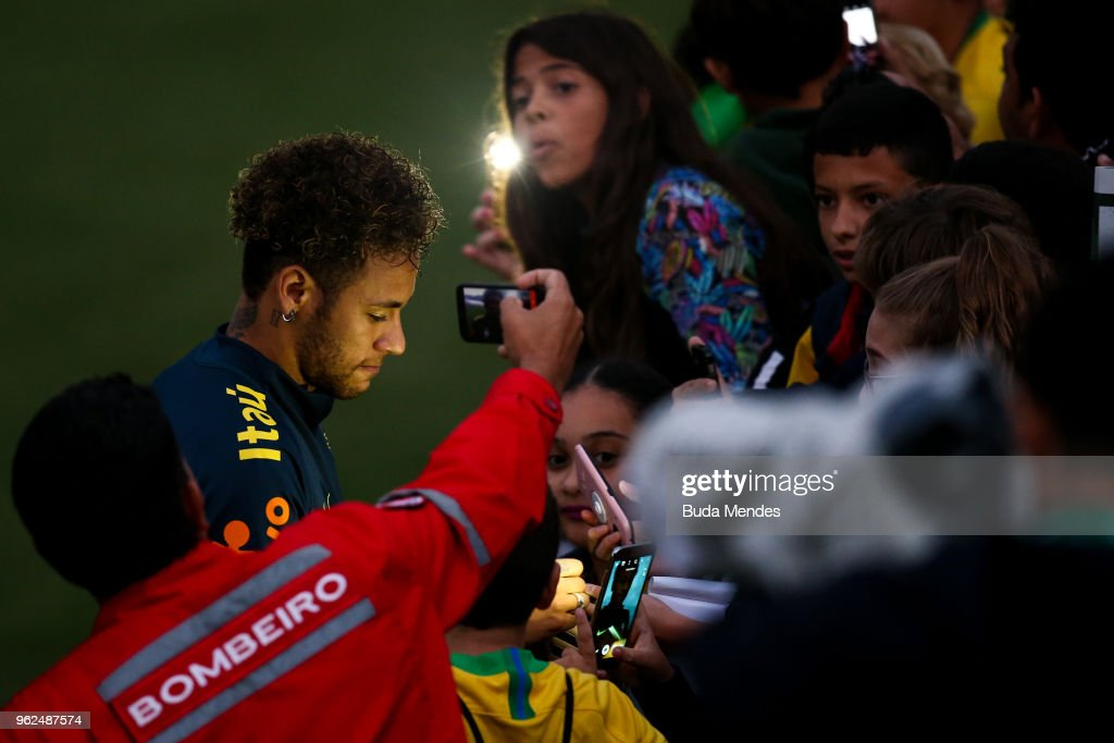 Neymar signs autographs to supporters after a training session of the Brazilian national football team at the squad's Granja Comary training complex on May 25, 2018 in Teresopolis, Brazil.