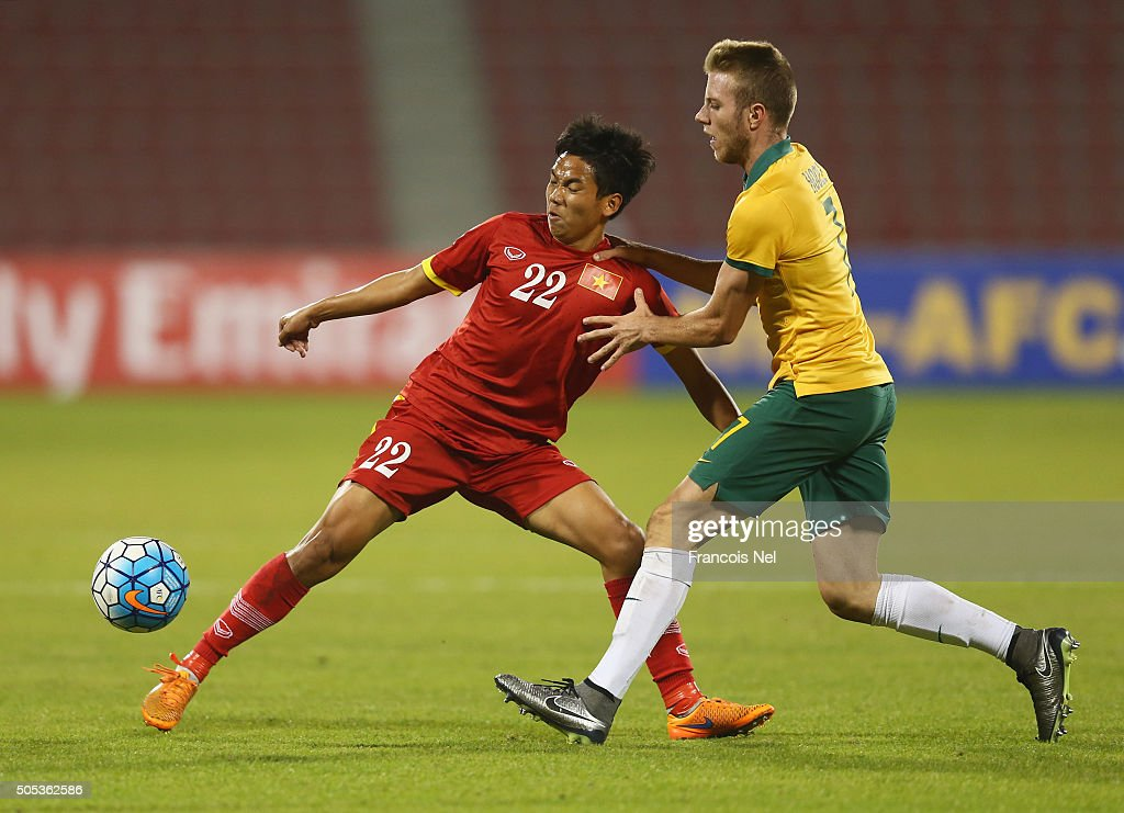 Nguyen Huu Dung of Vietnam holds off Andrew Hoole of Australia during the AFC U-23 Championship Group D match between Vietnam and Australia at Grand Hamad Stadium on January 17, 2016 in Doha, Qatar.