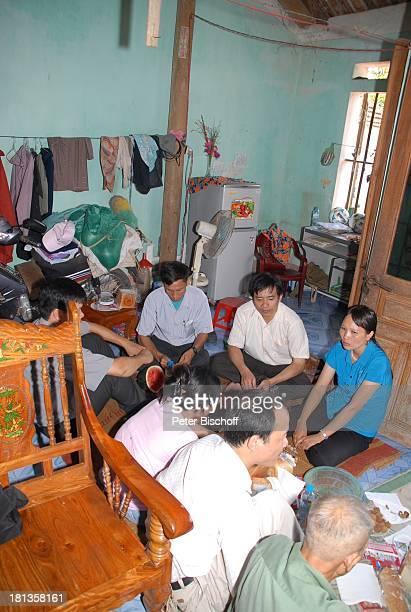 Nguyen Thi Du Ehemann Chu Van Bac gegenüber Nguyen Thi Huong Chu Van Son Dorbewohner Heiko Schäfer dessen Sohn Leon David Lotter Reise Ngoen Village...