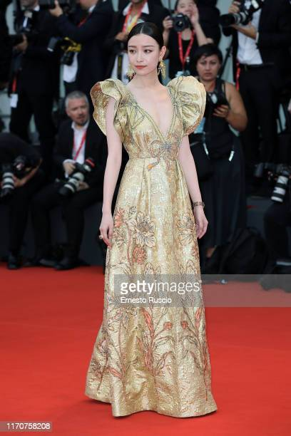 Ni Ni walks the red carpet ahead of the Opening Ceremony and the La Vérité screening during the 76th Venice Film Festival at Sala Grande on August 28...
