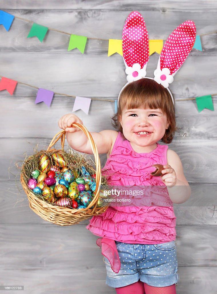 Niña celebrando el happy easter : Stock Photo