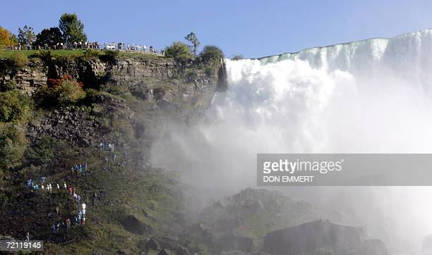 Niagara, UNITED STATES: Tourists snake their way along a path near part of the American portion of Niagara Falls 08 October 2006 in a view from...
