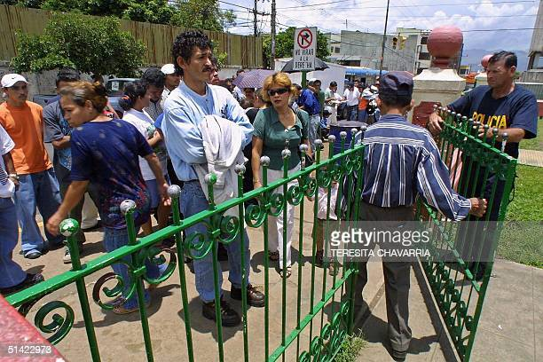 Nicaraguan immigrants line up on August 20, 2001 infront of an immigration office in San Jose to ask for permission to work or live in Costa Rica....