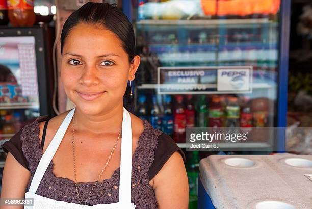 nicaragüense mujer en tienda - nicaragua fotografías e imágenes de stock
