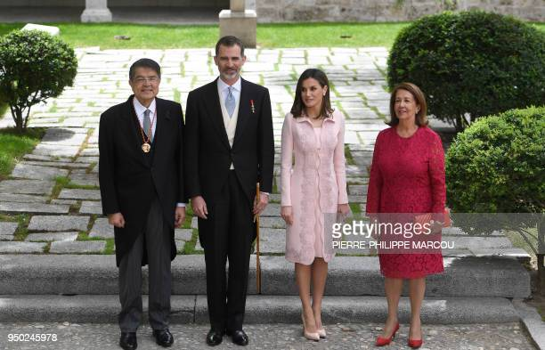 Nicaraguan writer Sergio Ramirez poses with King Felipe VI of Spain, Queen Letizia and his wife Gertrudis Guerrero after being awarded with the 2017...