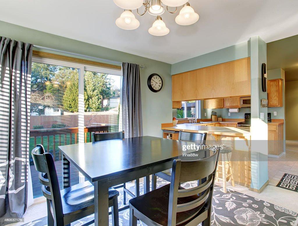Belle salle à manger, avec de la moquette et des fenêtres. : Photo
