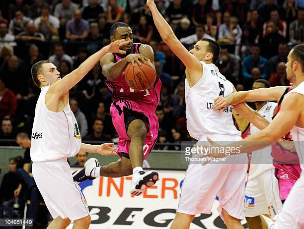 Nice Wise of Bonn moves through the defense during the Beko BBL match between Lti Giessen 46ers and Telekom Baskets Bonn at Sports Hall East on...