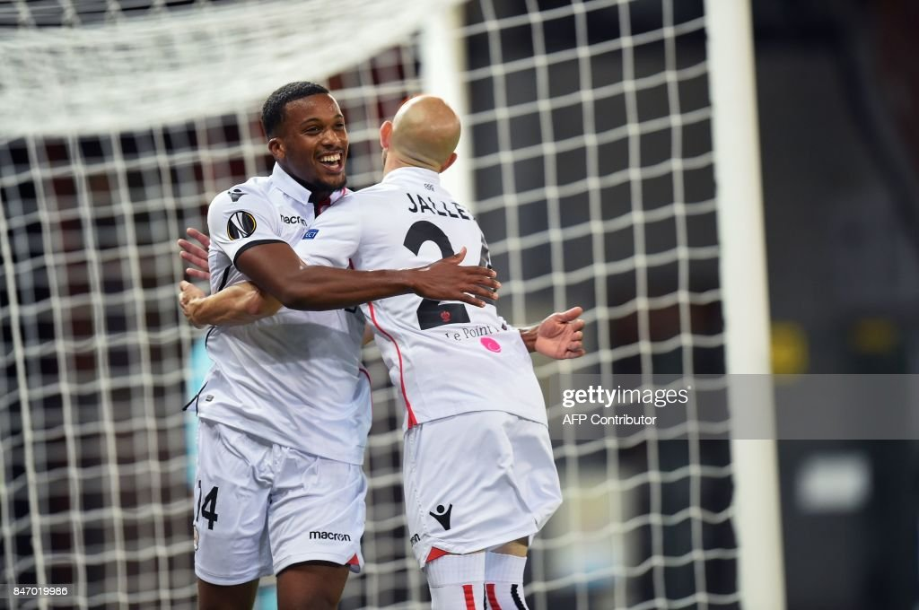 Nice's Alassane Plea (L) vies with Zulte's Nill De Pauw (R) during the UEFA Europa League Group K football match between SV Zulte Waregem and OGC Nice at the Regenboogstadion in Waregem on Septembre 14, 2017. /