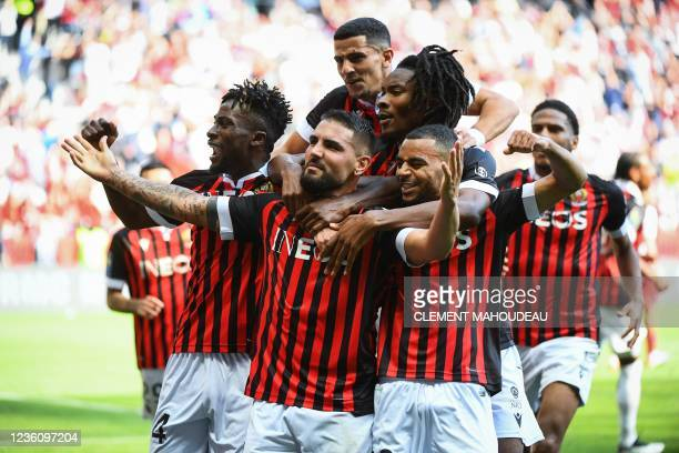 Nice's Algerian forward Andy Delort celebrates with teammates after scoring a penalty and his team's second goal during the French L1 football match...