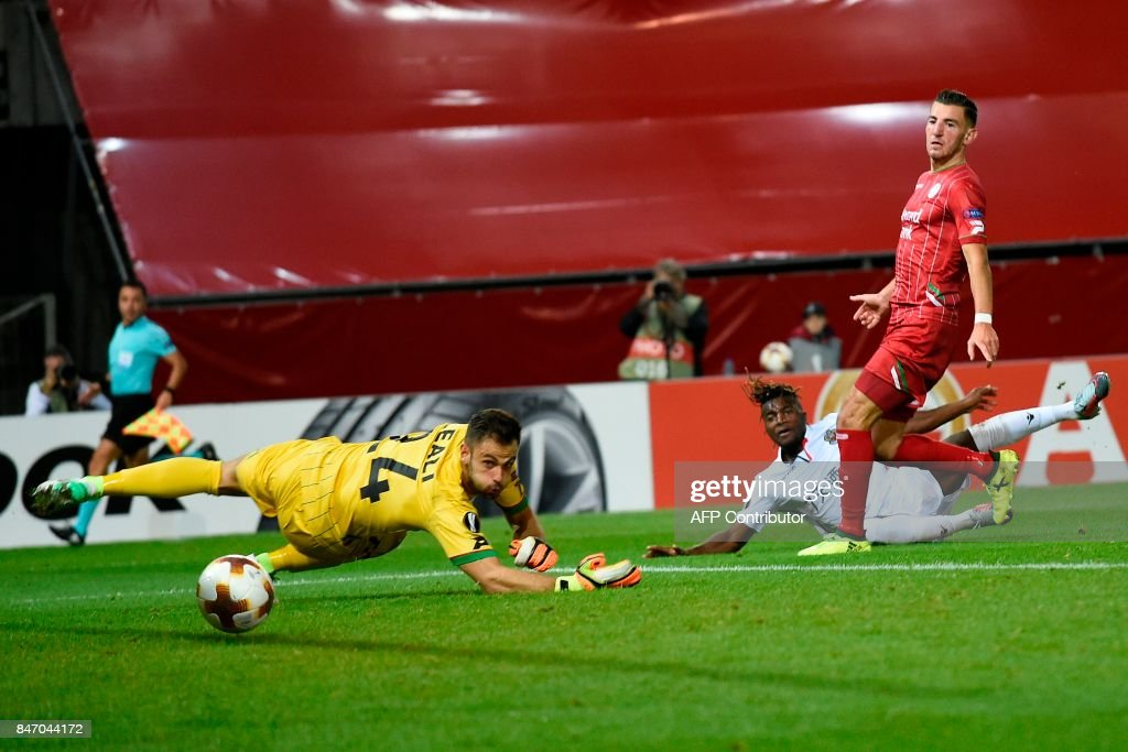 Nice's Allan Saint-Maximin (2ndR) scores despite of Zulte Waregem's goalkeeper during the UEFA Europa League Group K football match between SV Zulte Waregem and OGC Nice at the Regenboogstadion in Waregem on Septembre 14, 2017. /