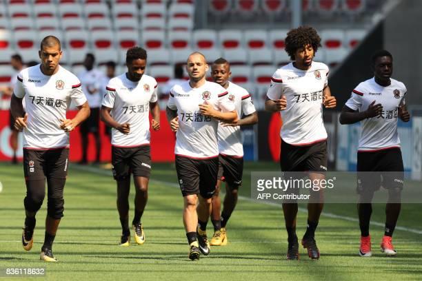 Nice's Argentinian goalkeeper Walter Benitez , Nice's French midfielder Adrien Tameze, Nice's Dutch midfielder Wesley Sneijder, Nice's Ivorian...