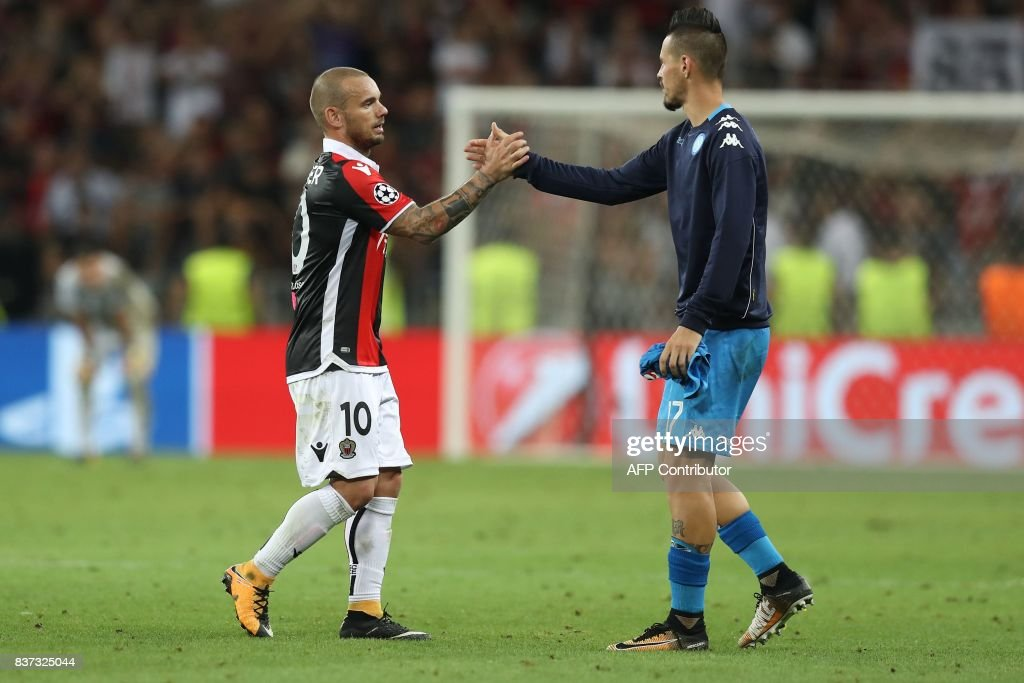 Nice's Dutch midfielder Wesley Sneijder (L) congratulates Napoli's Slovakian midfielder Marek Hamsik after the UEFA Champions League play-off football match between Nice and Napoli at the Allianz Riviera stadium in Nice, southeastern France, on August 22, 2017. /